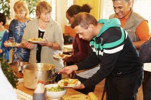 Gästerna, en salig blandning av svenskar, eritreaner, syrier och andra nationaliteter, lät sig väl smaka.