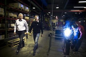 Nu tar Mats Karlsson, till vänster, över vd-posten på Färilaföretaget Exte från Lennart Wallström, till höger. Svetsaren heter Håkan Björk.