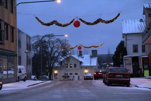 Från sidan dagtid påminner den nya julbelysningen om flygande fladdermöss. Kvällstid kommer den mer till sin rätt. De röda bollarna i mitten ser ut som de gnistrar tack vare 250 dioder i varje boll.
