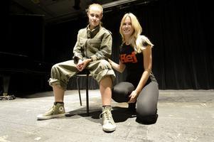 Förutom Pjäsen som spelas av Natalie Sundelin och Helene Halling ingår också filmen Krigsduvor, seriealbumet