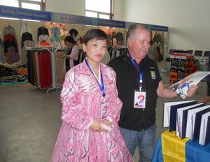 En Nord-Koreansk skönhet guidar Tåtte Rosén i mässhallen.