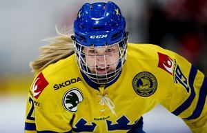 Olivia Carlsson i Sveriges färger.