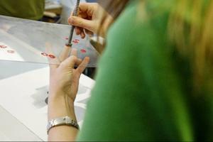 Anna Björk använder en sexkantig skruvskalle för att få fram rätt mönster och form.