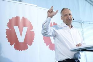 Man kan också säga att de med högst lön fårmax100 kronor mer i skatt i månaden, skriver Jerker Nilsson (V). På bilden V:s partiledare Jonas Sjöstedt vid Almedalen i somras.