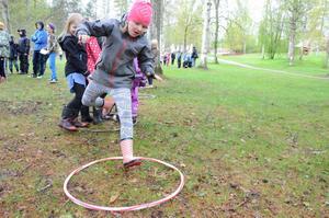 Samarbete. Gruppen förflyttar sig gemensamt via två rockringar. Det betyder att hela gruppen kliver i ena ringen, och att den andra ringen kastas framåt och att alla flyttar sig dit. Märta Engström tar ett ordentligt kliv.