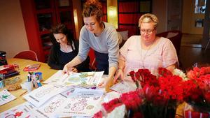 Tanja Lukic, Gunilla Berg på Juventas systrar målar affischer inför förra årets kvinnodag tillsammans med Mikaela Hurme från Rädda Barnen.