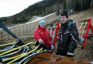 Stefan Nyberg (t.v.) och Jan Morlind ser till att alla liftar är i prima skick inför den väntande skidpremiären.