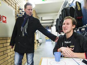 Målvaktstränaren Mika Tarvainen och Magnus Åkerlund.