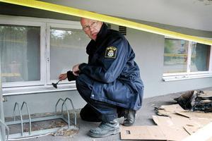 Polisens tekniker Per Handspik säkrar fingeravtryck.
