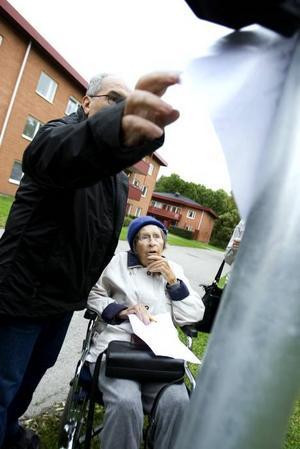 FRIVILLIG MEDHJÄLPARE. Här sträcker sig Mohsen Almaslan efter tipsfrågorna. Han är en av de frivilliga som hjälper till att ta med pensionärerna ut, och Elsy Relin väntar med spänning på att få veta vad det står på pappret.