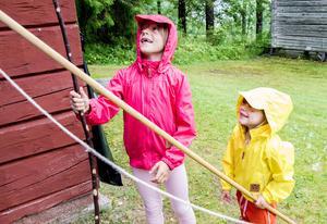 Hembygdsgården satsade på barnen när de firade 80 år som förening. Här nappar det i fiskedammen för Alice Wildsjö och syrran Wilma.