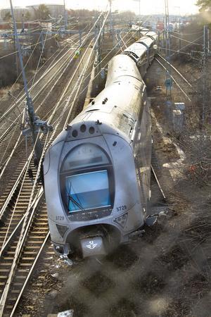 Planen tycks ha varit för det nio vagnar långa tågsättet att komma ut på huvudspåret till vänster i bilden. Men växeln låg rakt fram mot säkerhetsspåret. Det är under söndagen oklart vilka rutiner som kan ha brustit. Klart är dock att den viktigaste rutinen fungerat: tåget har inte kommit ut på huvudspår där en än värre olycka kunnat inträffa då ett annat tåg var på väg i full fart in mot Västerås.