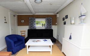 Med bäddsoffa och extrasäng kan tre personer sova i Lillstugan.