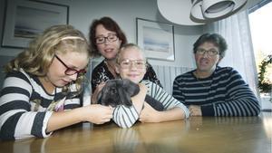 Runt matbordet samlas hela familjen Crona dagligen och pratar om allt möjligt. Vid Elsa står lillasyster Clara 8 år, mamma Ann-Catrin och pappa Johannes. I famnen har Elsa kaninen Molly.