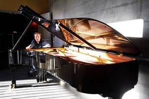 En man och hans flygel. Den här Steinwayflygeln har Per Tengstrand valt ut till Gävle symfoniorkester i kväll.