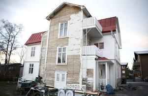 Den gamla fastigheten från 1925 är K-märkt och kommunen sa nej till tilläggsisolering och byte av panel. Mot innergården väntar fortfarande fasaden på att målas om.