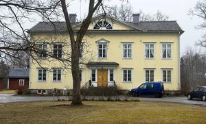 Nu är Hanebo Prästgård till försäljning igen. Den köptes för fyra år sedan av paret Vermesse från Frankrike, som är antikhandlare.