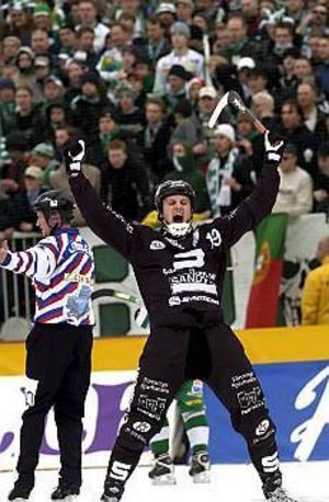 Foto: SCANPIX\nJubel. Sandvikens Patrik Nilsson jublar efter sitt 1-0 mål i den första halvleken av SM finalen i bandy mellan Hammarby och Sandviken på Studenternas i Uppsala den 16:e mars 2003.