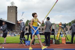 Armand Duplantis satte på lördagen ett nytt juniorvärldsrekord i stavhopp.