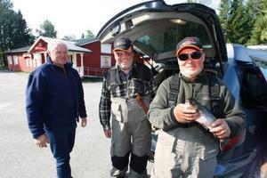 Henrikas Jasulaitis, Tautvydas Venckevicius och Valentinas Kriuckovas från Litauen är Mattis Mikkonens fiskegäster den här veckan. De är mycket nöjda med den fisk de hittills tagit upp.