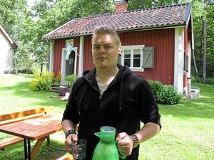 Soldatfika. Ludvig Zettergren är en av kyrkans ungdomar som jobbar med kaféet.Foto: Yngve Fredriksson