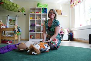 Förskolläraren Carina Silfver håller i träffar för nyblivna föräldrar som ska bygga upp en relation till sitt barn.