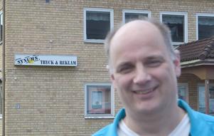 Peter Nygren blev först med sitt företag Synums att synas på huvudgatan i Älvdalen.  I bakgrunden syns skylten med företagsnamnet.    Foto: Björn Rehnström