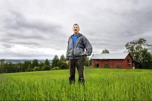 En del av det korn och havre som Lars-Göran Rödén odlar eldar han för att värma upp två boningshus. Han har byggt en särskild anläggning för ändamålet.