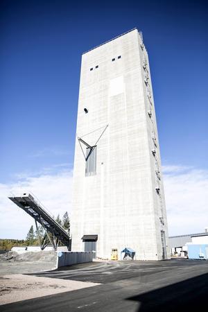 Berglaven är 68 meter hög och i den lyfts 6500 ton malm per dag upp en kilometer.