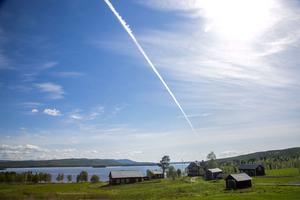 Norrgården i Häggsjövik en solig junimorgon. På den här gården spelade den kände spelmannen Lapp-Nils på bröllop 1852 och det sägs att han efter den spelningen som varade i flera dagar grävde ned sin fiol för att aldrig mer ta upp den.