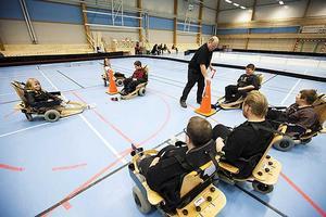 Spelarna virvlade runt på planen i sina specialbyggda stolar. Foto, Jörgen Svendsen