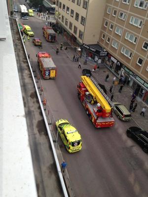 Räddningstjänsten var snabbt på plats, men under tiden hade allt fler åskådare samlats nere på gatan. De kördes senare bort av polis som satte upp avspärrningsband.