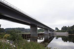 Bron är 400 meter lång. Det är den näst längsta vägbron efter Sundsvallsbron.