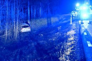 Fem personer skadades lindrigt i en älgolycka söder om Grasås