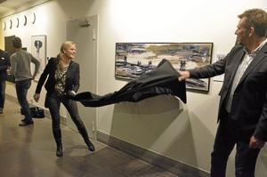 Vernissage. Agneta Persson och Stefan Pettersson avtäcker Tomas Lidéns konstverk.