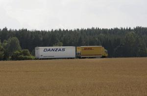 Tung lastbilstransport. På landsväg med sädesfält i förgrunden.Foto: Fredrik Sandberg/TT