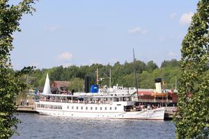 Med fartyget Mariefred på besök i Västerås gamla hamn och andra gamla båtar i bakgrunden kan man se sig förflyttad tillbaka i tiden.