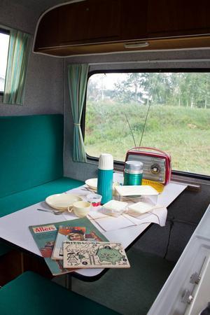 Originalinredning i husvagnen, till och med gardinerna är desamma.