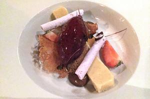 Barndomens foxkola gör sig påmind i den läskande vitchokladganachen som trivs bra med den syrliga blåbärssorbeten.