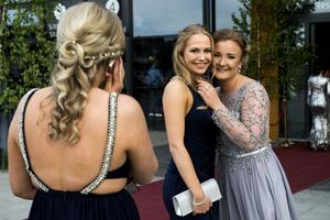 Många glada miner bjöds det på under balen. Nanna  och Nelly Norberg kramade om varandra.