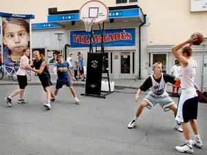 Streetbasket vid ÖP:s tält på Storsjöyran, 2002-07-26