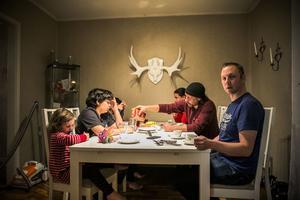 För ett par veckor sedan. Lars Andersson bjuder Ahmed Rizk och hans söner på födelsedagskalas hemma i Svenstavik.  I dag, onsdag, fick familjen besök av polis, som hade med sig biljetter och tider för den kommande avvisningen till deras ursprungsland, Egypten. – Det är ofattabart hur vi i det här landet just nu behandlar människor, särskilt utsatta barn, säger Lars Andersson.