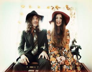 Paret Sonny Boy Gustafsson och Linda Carlsson skriver alla låtarna tillsammans.