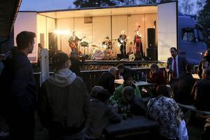 Hundratals besökare tog sig ner till Storön och stödgalan för folkparkens fortsatta verksamhet. Här är det Willie Lees som spelar, med Thomas Pedersen vid trumsetet.