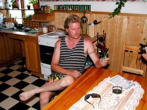Jan-Erik Brandt fotograferas i sitt hem, sommaren 2003, i samband med att Marie Samuelsson har anmälts försvunnen.