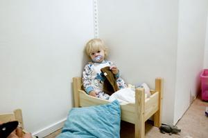 Ettåriga Lea Lund Blom testar en docksäng i väntan på att bli nattad. Hon är ett av 48 barn på Nordangårdens nattis.