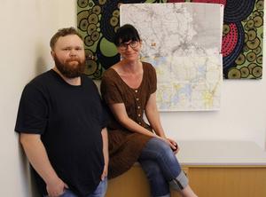 Simon Ridell och Jenny Lundberg kommer och hälsar på vid Kalvs fädbodar.