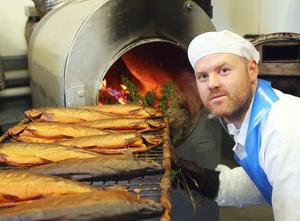 – Lokalt, äkta och utan tillsatser, säger rökmästaren Joakim Näsvall.