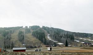 Fläckarna av snö kommer från när snökanorna kördes i gång i slutet av oktober.