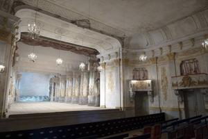 Vy inifrån salongen på Drottningholms Slottsteater. Scenen är 20 meter djup för att rymma de många kulisser och specialeffekter som teatern erbjuder.